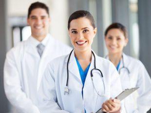 Ápolási asszisztens orvosi vizitre készül a kórházban.