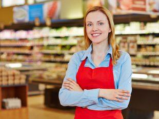 Bolti eladó tanfolyam gyakorlat élelmiszer osztályon egy hipermarketben.