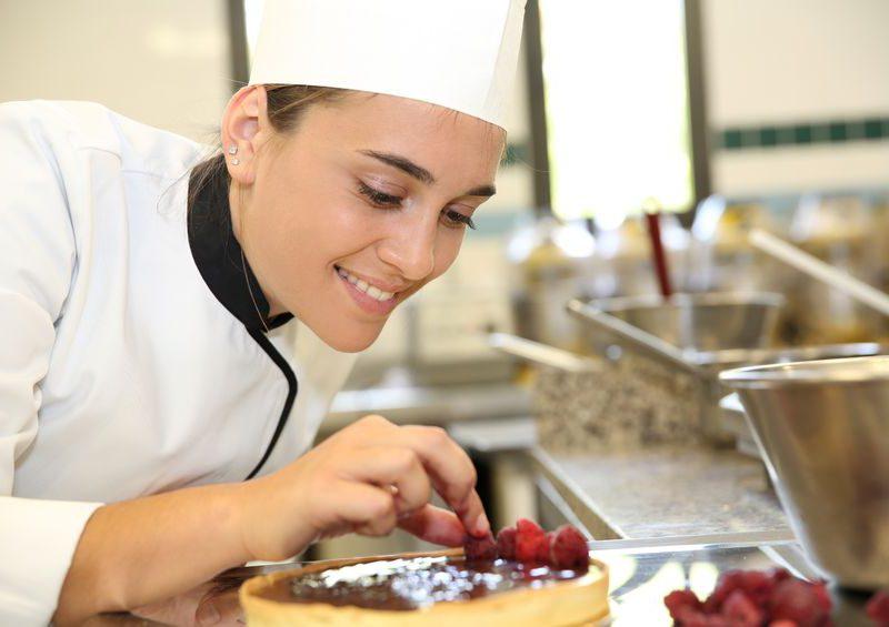 Tortakészítés a cukrász tanfolyam gyakorlaton.