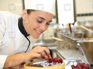 Tortakészítés a cukrász tanfolyam gyakorlaton