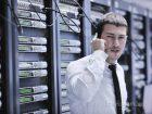 Rendszergazda telefonos segítséget kér az adatközpontban az informatikai hiba elhárításához.