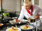 Tálalási gyakorlat a szakács tanfolyam keretében.