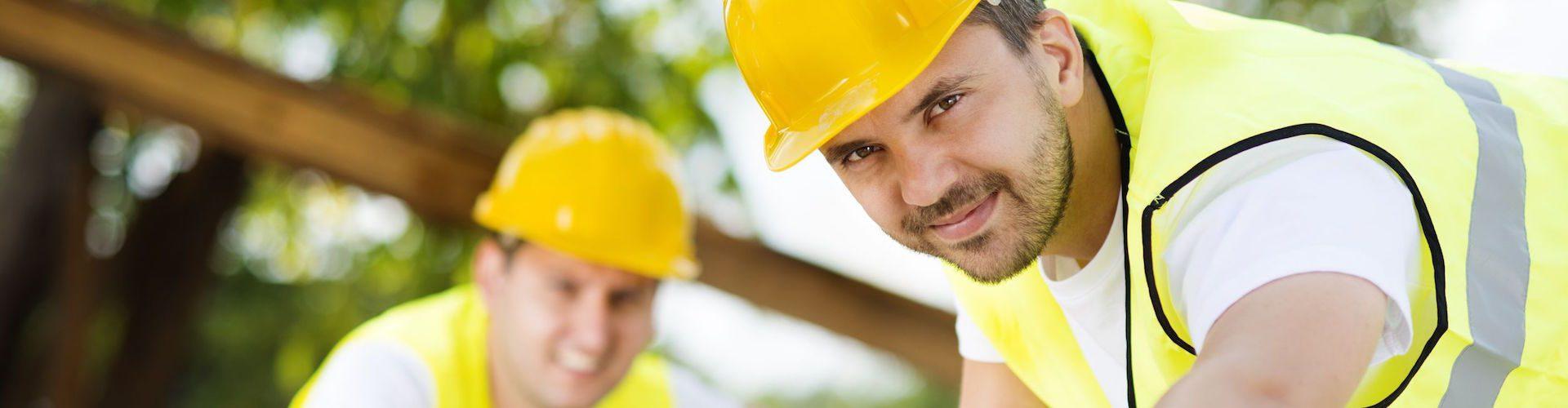 Építőipari munkások dolgoznak egy építkezésen.