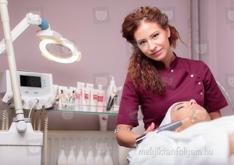 A kozmetikus tanfolyam gyakorlatorientált képzés, így elsajátíthatod a korszerű kezelési technikákat.