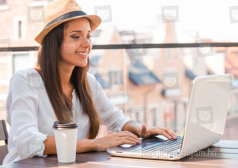 Pályaválasztás előtt álló diák az interneten keres megfelelő képzést.
