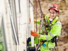 Az ipari alpinista tanfolyam lehetővé teszi magas épületek, tornyok és antennák biztonságos megközelítését állványzat nélkül, csupán kötéltechnika segítségével.