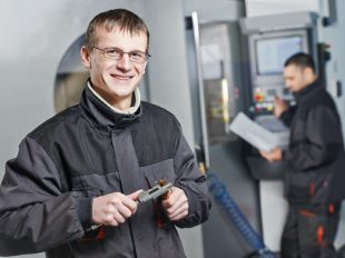Finommechanikai műszerész tanfolyam felkészít a precíziós munka elvégzésére.