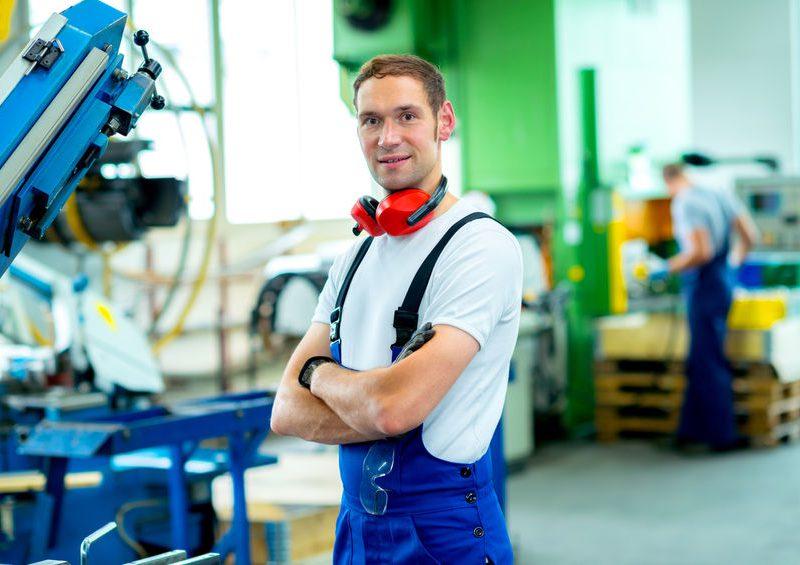 Gépgyártástechnológiai technikusként fő feladatod a gépalakatrészek önálló vagy mérnöki irányítás mellett végzett technológiai tervezése és gyártása lesz, de tudásodat a gépek és géprendszerek, valamint a mechanikus berendezések működtetésében, karbantartásában és javításában is bevetheted.